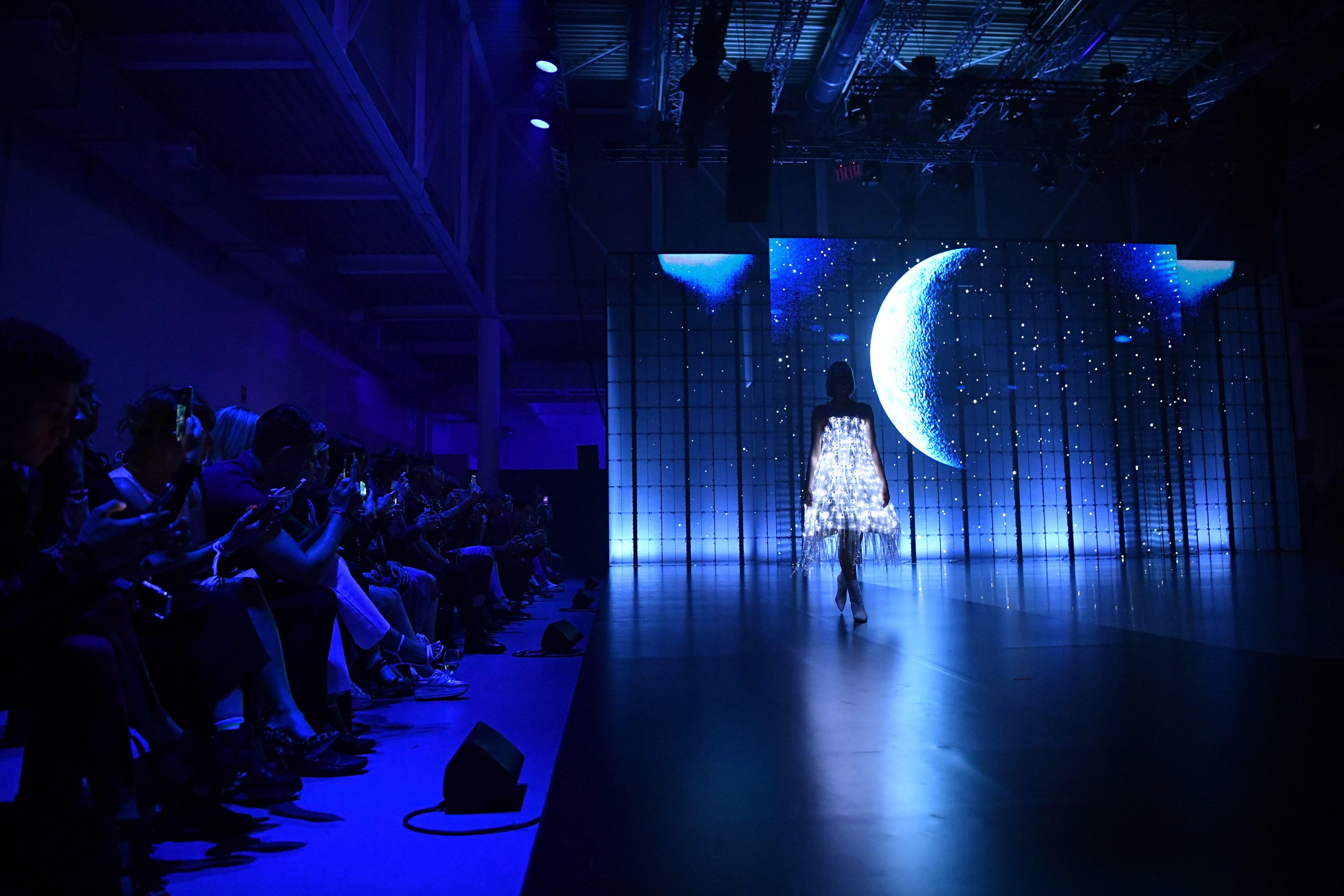 Sfilata al buio huawei fashion flair