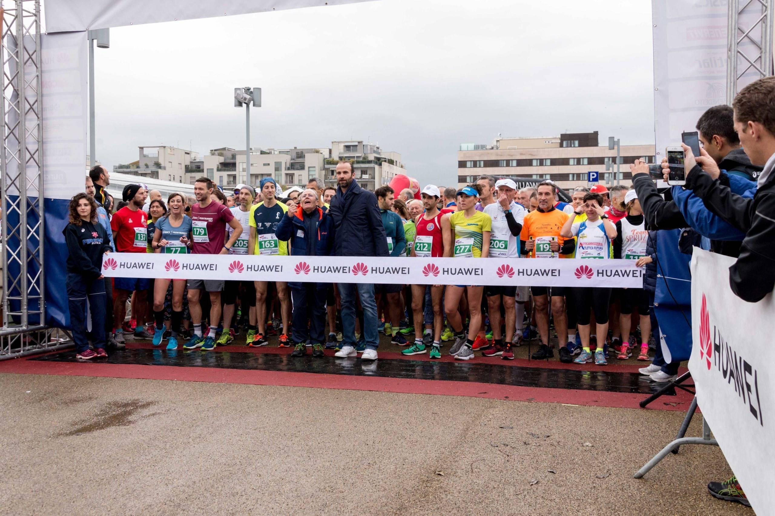 maratoneti al via huawei