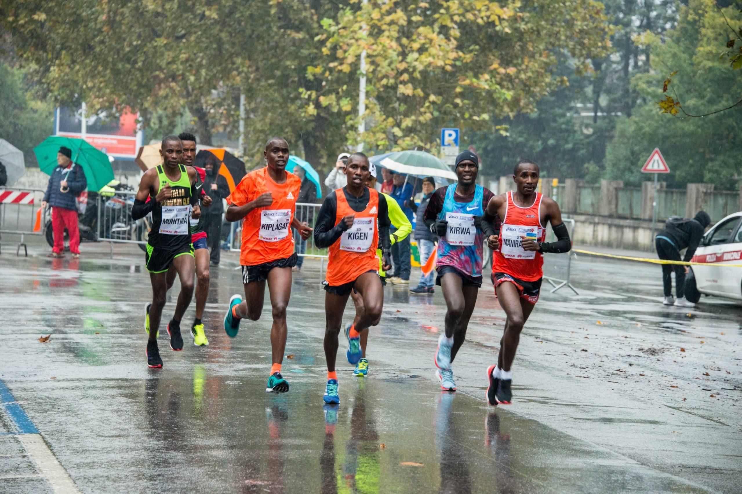 Atleti sotto la pioggia huawei marathons